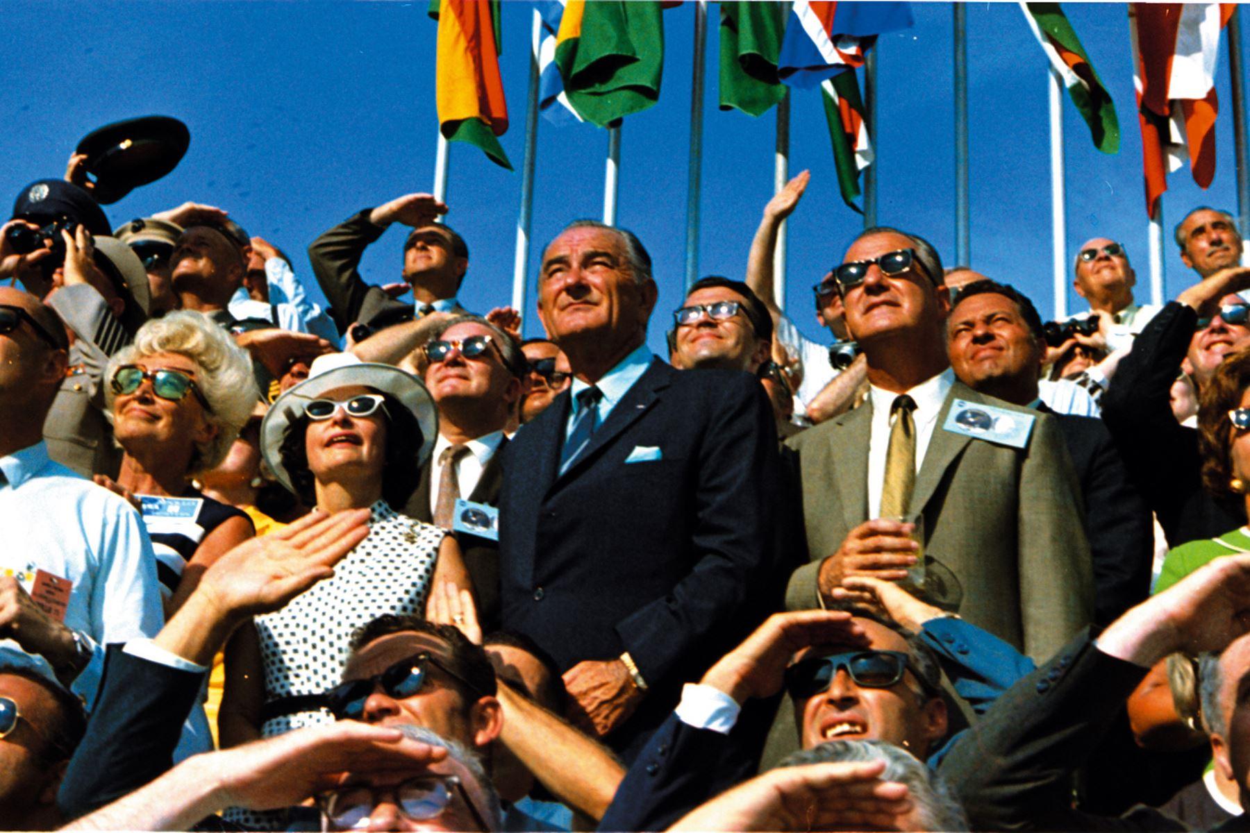 El vicepresidente de los Estados Unidos, Spiro Agnew, y el ex presidente de los Estados Unidos, Lyndon B. Johnson, son vistos en una multitud que observa el despegue de la misión Apolo 11 en el Centro Espacial Kennedy, Florida, el 16 de julio de 1969. Foto: AFP