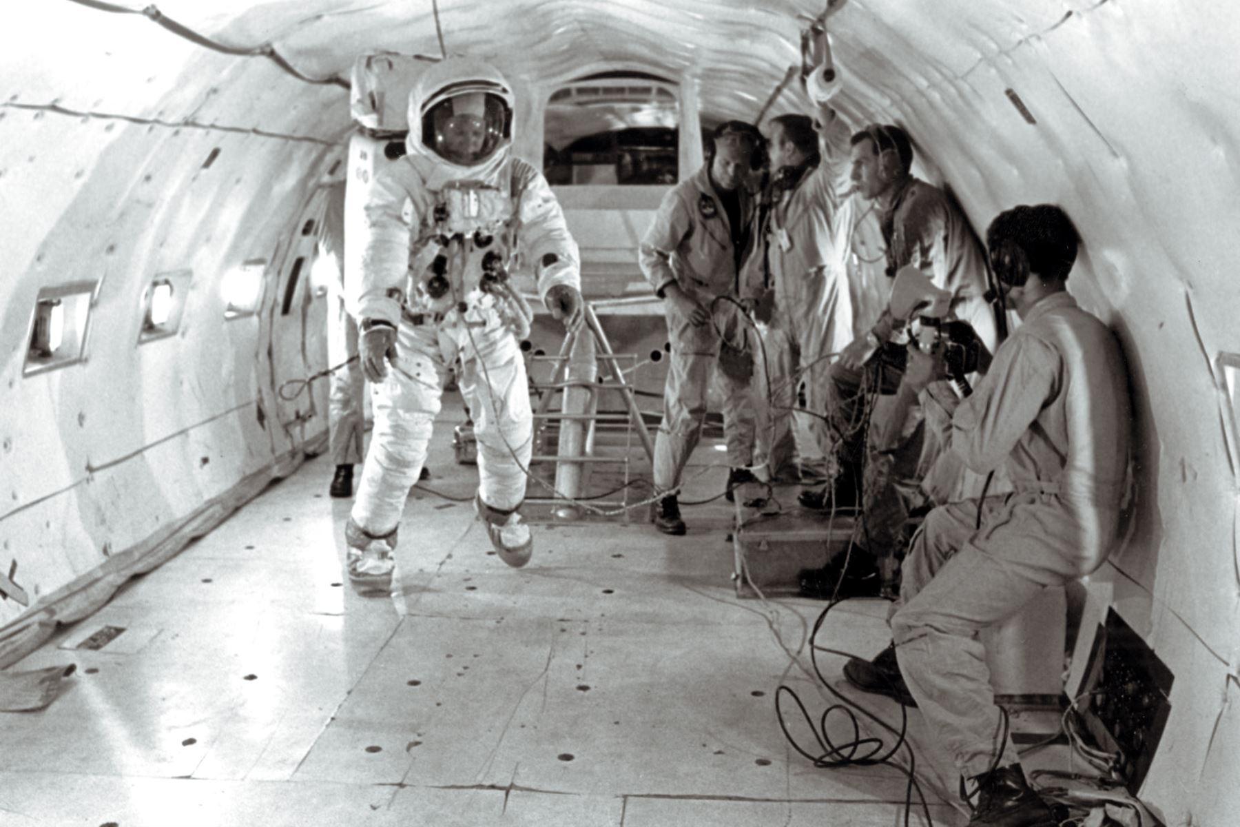 El 9 de julio de 1969, el astronauta estadounidense Buzz Aldrin, usa su traje espacial, se desplaza en la ingravidez a bordo de un avión, siete días antes del lanzamiento de la misión espacial Apollo XI a la Luna. Foto: AFP