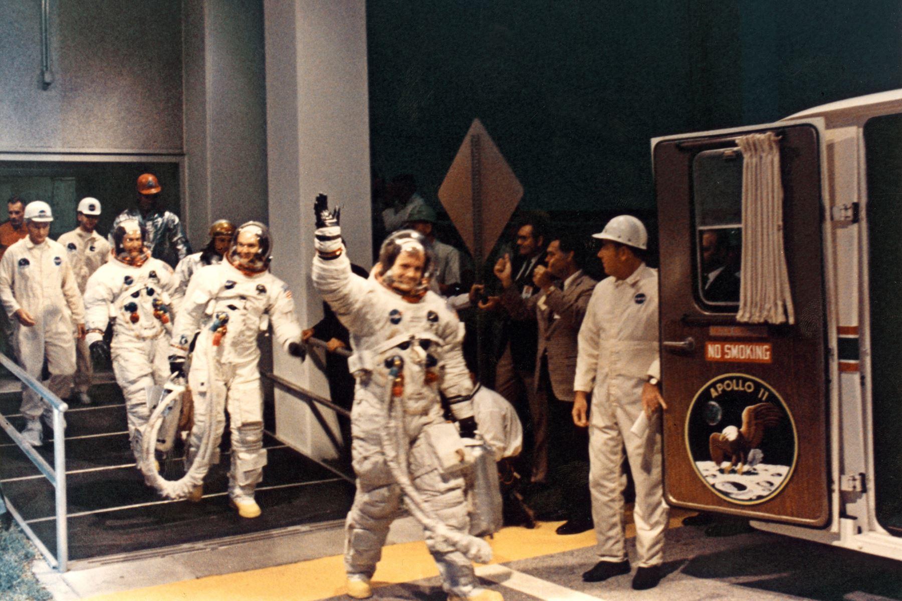Imagen de los tripulantes de la misión de aterrizaje lunar del Apolo XI (Neil A. Armstrong, Michael Collins y Edwin E. Aldrin) que abandonaron el Centro Espacial Kennedy durante la cuenta regresiva antes del lanzamiento, el 16 de julio de 1969. Foto: AFP