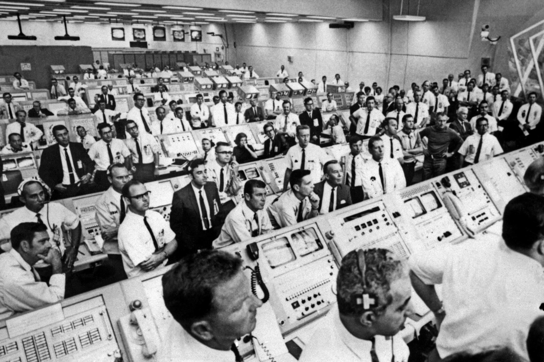 Miembros del equipo de la sala de control del Centro Espacial Kennedy se levantan de sus consolas para ver el despegue de la misión Apollo 11 el 16 de julio de 1969. Foto: AFP