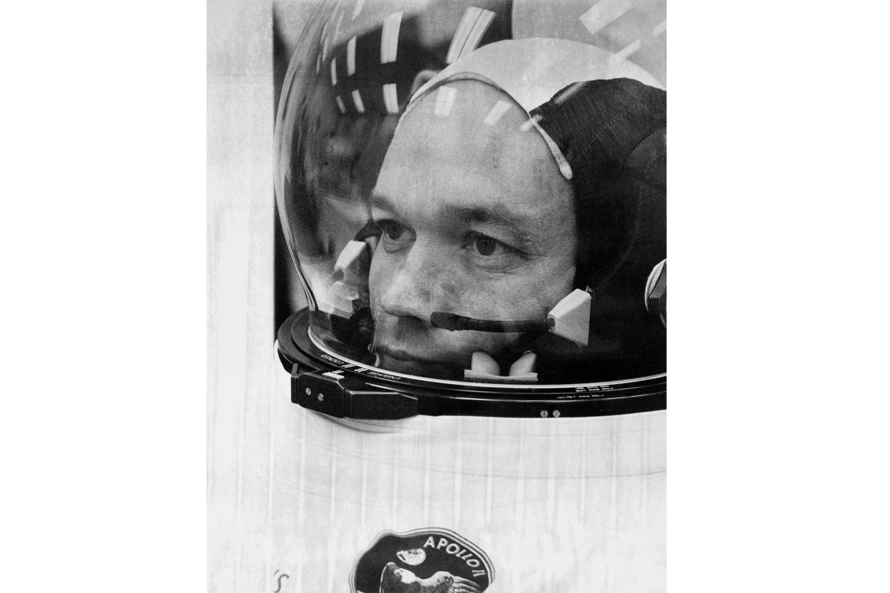 El astronauta Michael Collins se prepara para embarcar en el Apolo 11 para el comienzo de una misión a la luna el 16 de julio de 1969. Foto: AFP