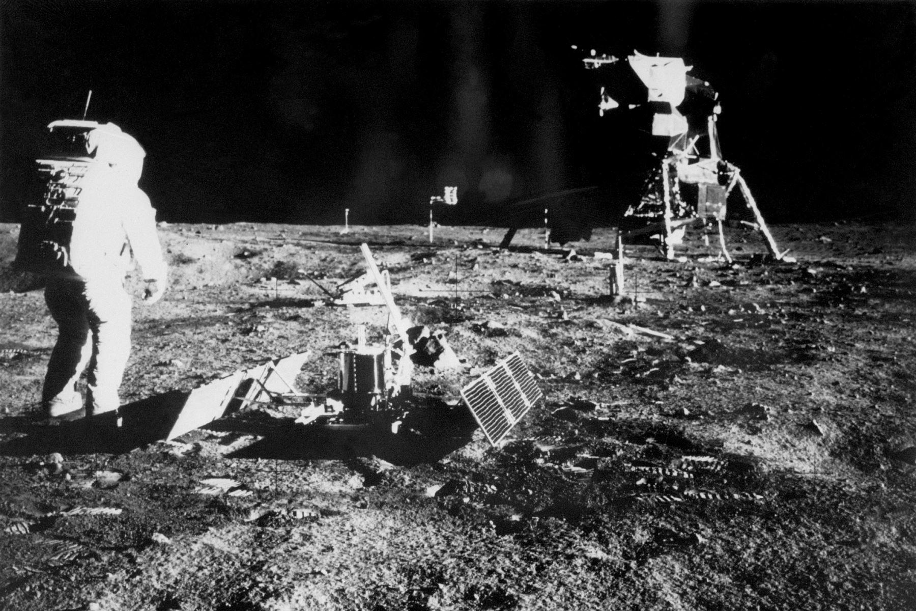 El cosmonauta estadounidense Buzz Aldrin (L) está parado cerca del Módulo Lunar (LM) mientras camina por la Luna hasta el 20 de julio de 1969 durante la misión espacial Apollo XI. Foto: AFP