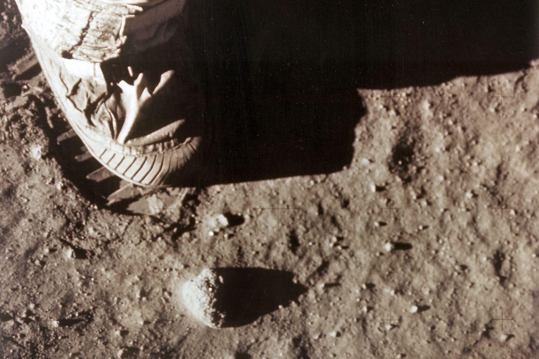 El pie derecho del comandante del Apolo 11, Neil Armstrong, deja una huella en el suelo lunar el 20 de julio de 1969. Foto: AFP