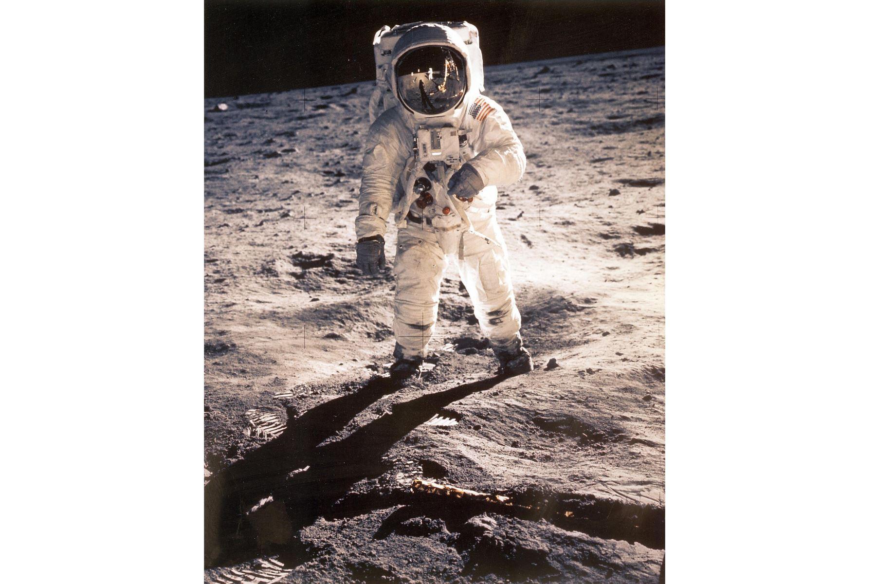 """El astronauta estadounidense Edwin """"Buzz"""" Aldrin aparece caminando cerca del Módulo Lunar el 20 de julio de 1969 durante la misión espacial Apollo 11.Foto: AFP"""