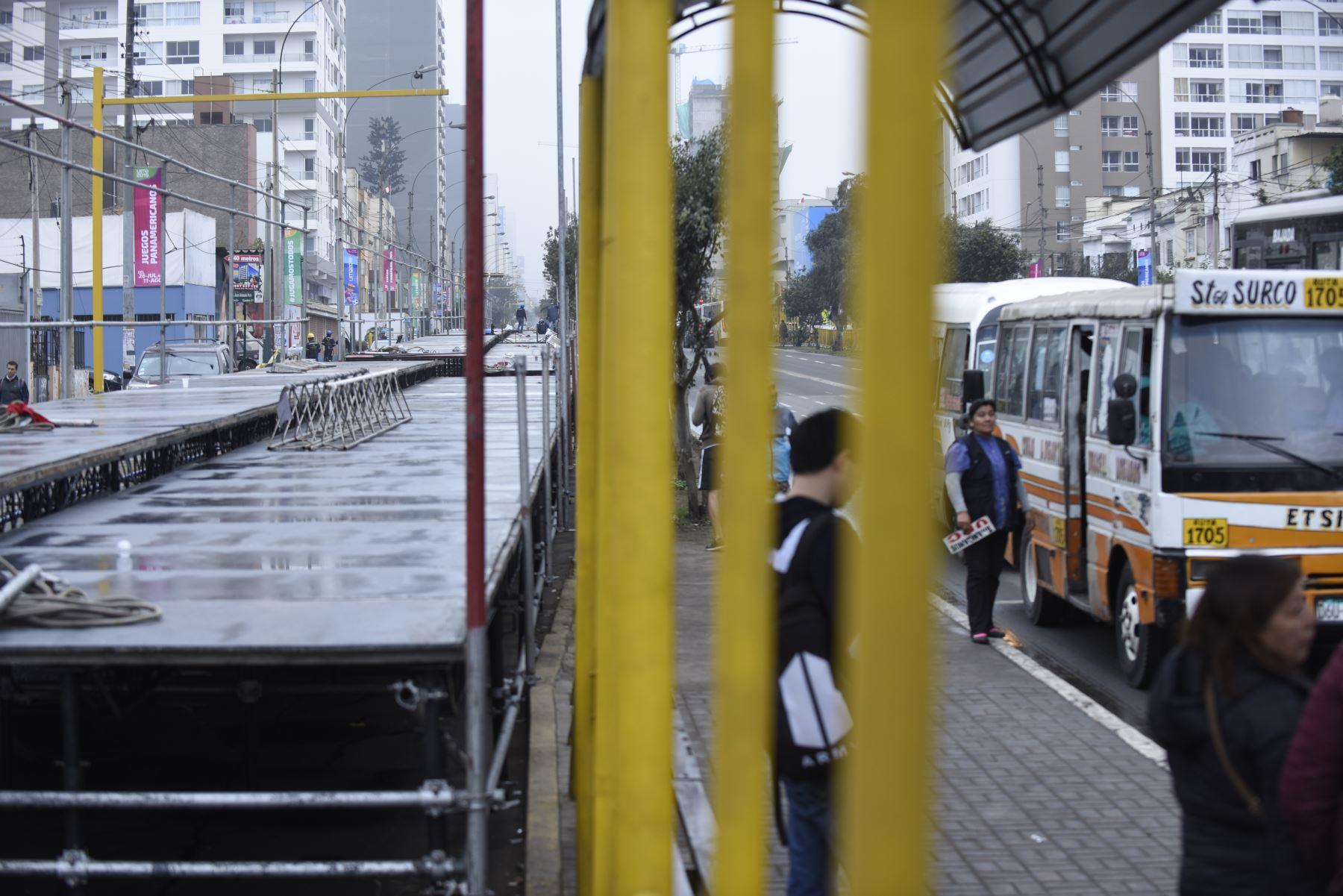 Una de las vías auxiliares de la avenida Brasil fue cerrada de la cuadra 19 a la 24 debido a la instalación de graderías desde donde el público podrá apreciar, el próximo 29 de julio, la Gran Parada y Desfile Cívico Militar con motivo de Fiestas Patrias. Foto: ANDINA/César Fajardo