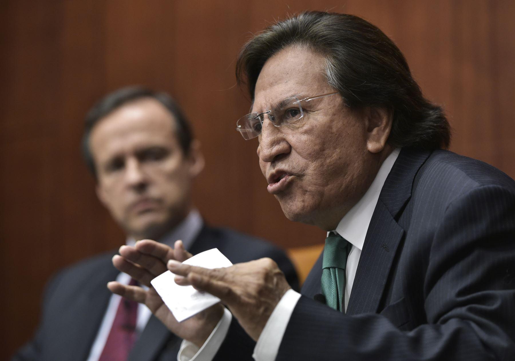 El ex presidente de Perú, Alejandro Toledo (R) habla, observado por el ex presidente de Bolivia, Jorge Quiroga (L), durante una discusión sobre Venezuela y la OEA en el Centro de Estudios Estratégicos e Internacionales (CSIS) el 17 de junio de 2016 en Washington.  Foto: AFP