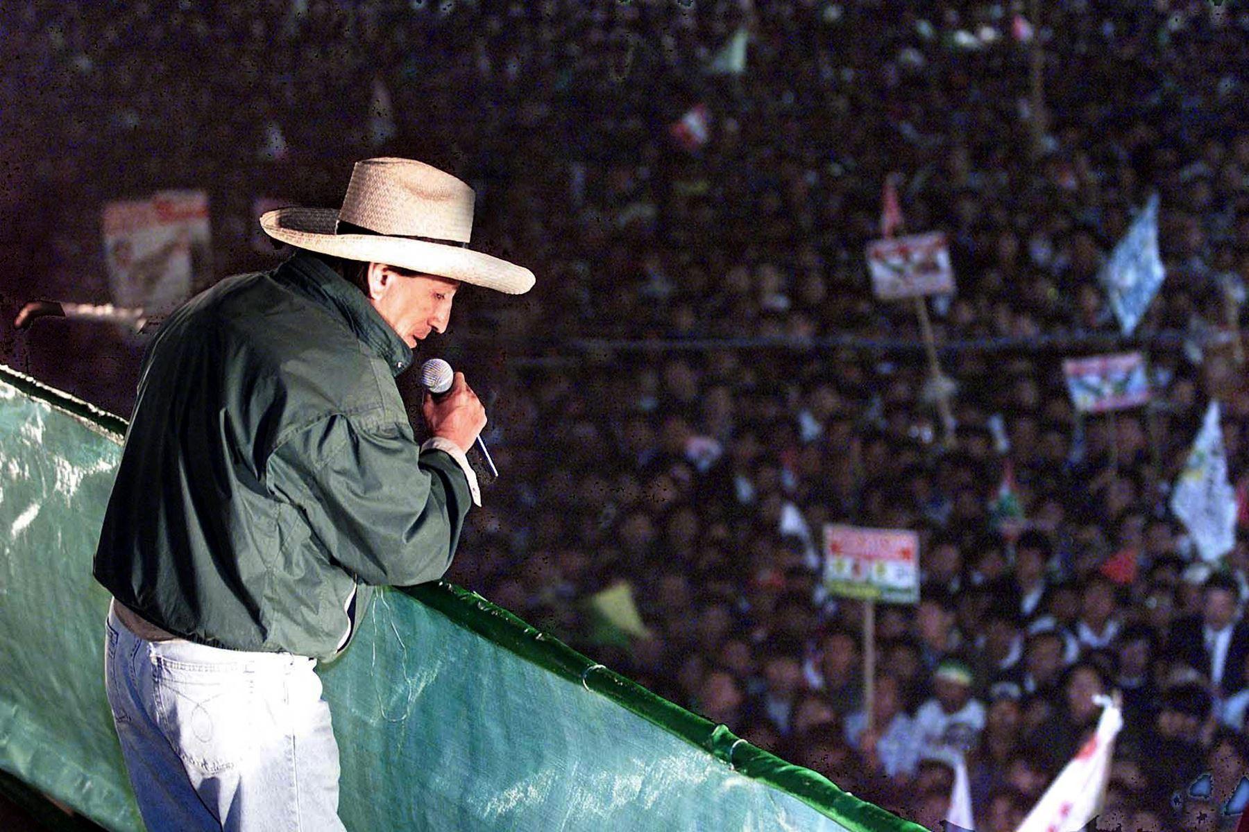 El candidato presidencial Alejandro Toledo habla ante una multitud de simpatizantes el 5 de abril de 2000 en Arequipa. Toledo, del partido Perú Posible, se enfrenta al presidente peruano Alberto Fujimori, quien está buscando un tercer mandato.   Foto: AFP