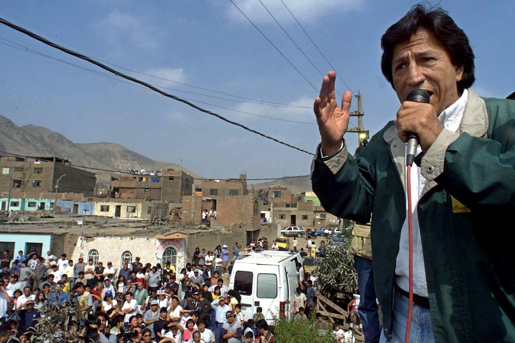 El candidato presidencial peruano de la oposición, Alejandro Toledo, habla a los simpatizantes el 28 de mayo de 2000, en Lima. Toledo pidió a los ciudadanos que se abstengan de votar en la segunda vuelta de las elecciones presidenciales.  Foto: AFP