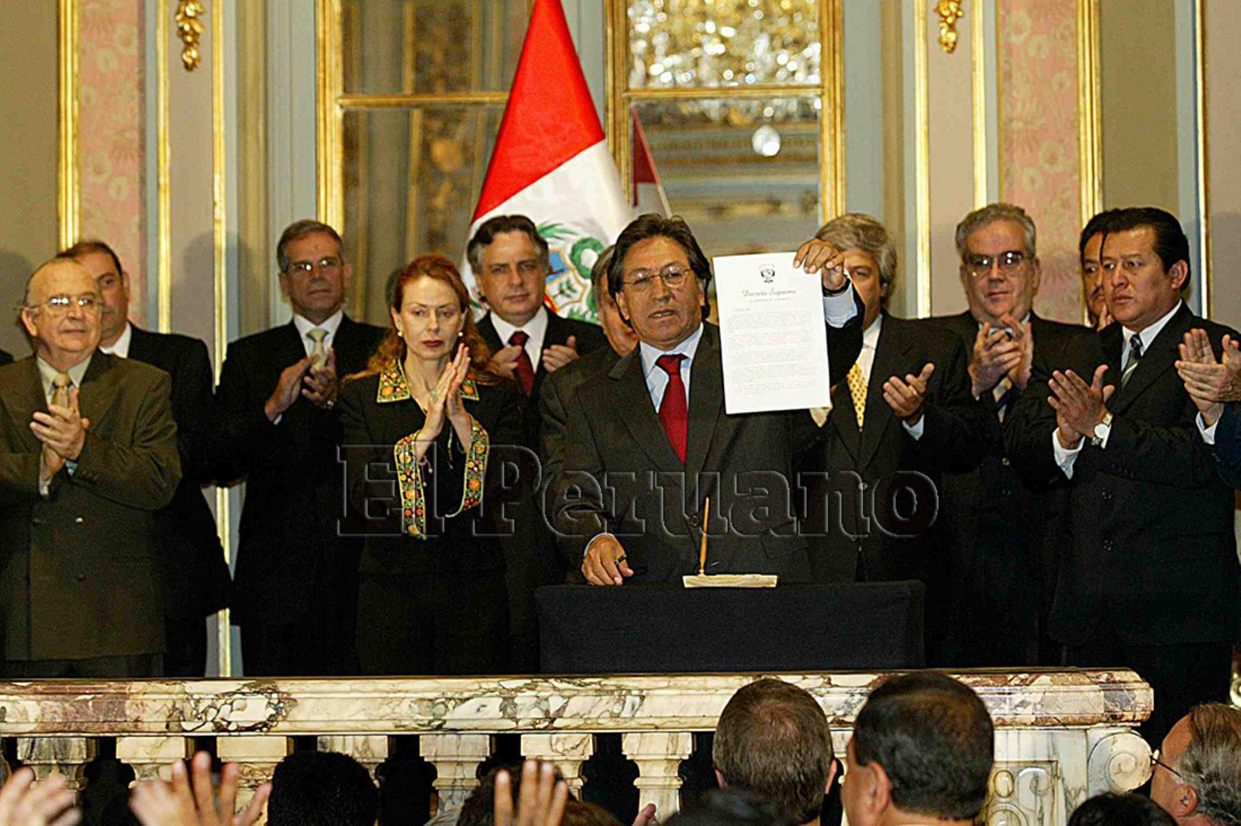 Lima - 4 agosto 2005 / El presidente Alejandro Toledo suscribió el contrato de conceción  de la carretera Interocéanica Sur que unirá el Perú con Brasil en una ceremonia en Palacio de Gobierno.  Foto: Archivo Diario Oficial El Peruano