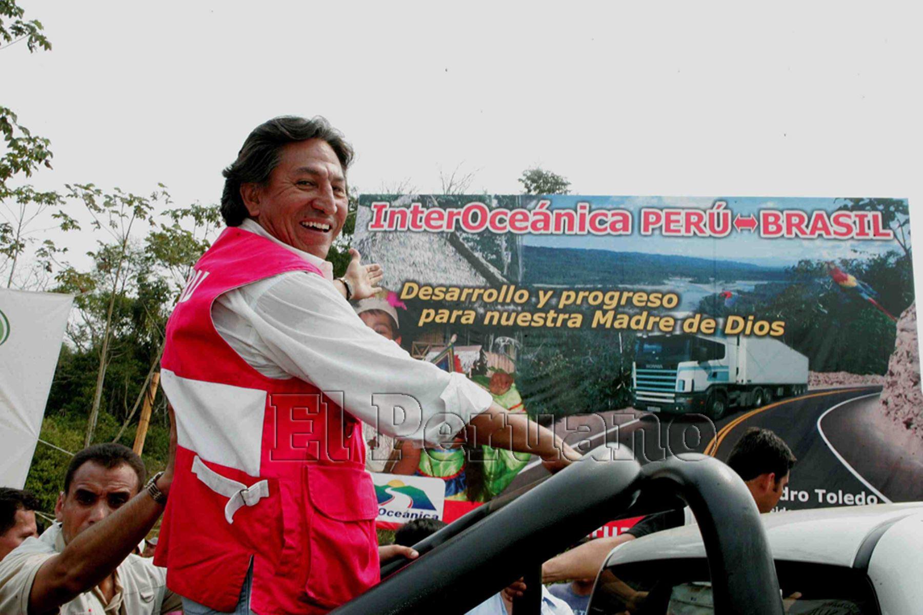 Madre de Dios - 8 setiembre 2005 / El presidente Alejandro Toledo inicia formalmente la construcción de la carretera Interoceánica en Madre de Dios.  Foto: Presidencia Perú
