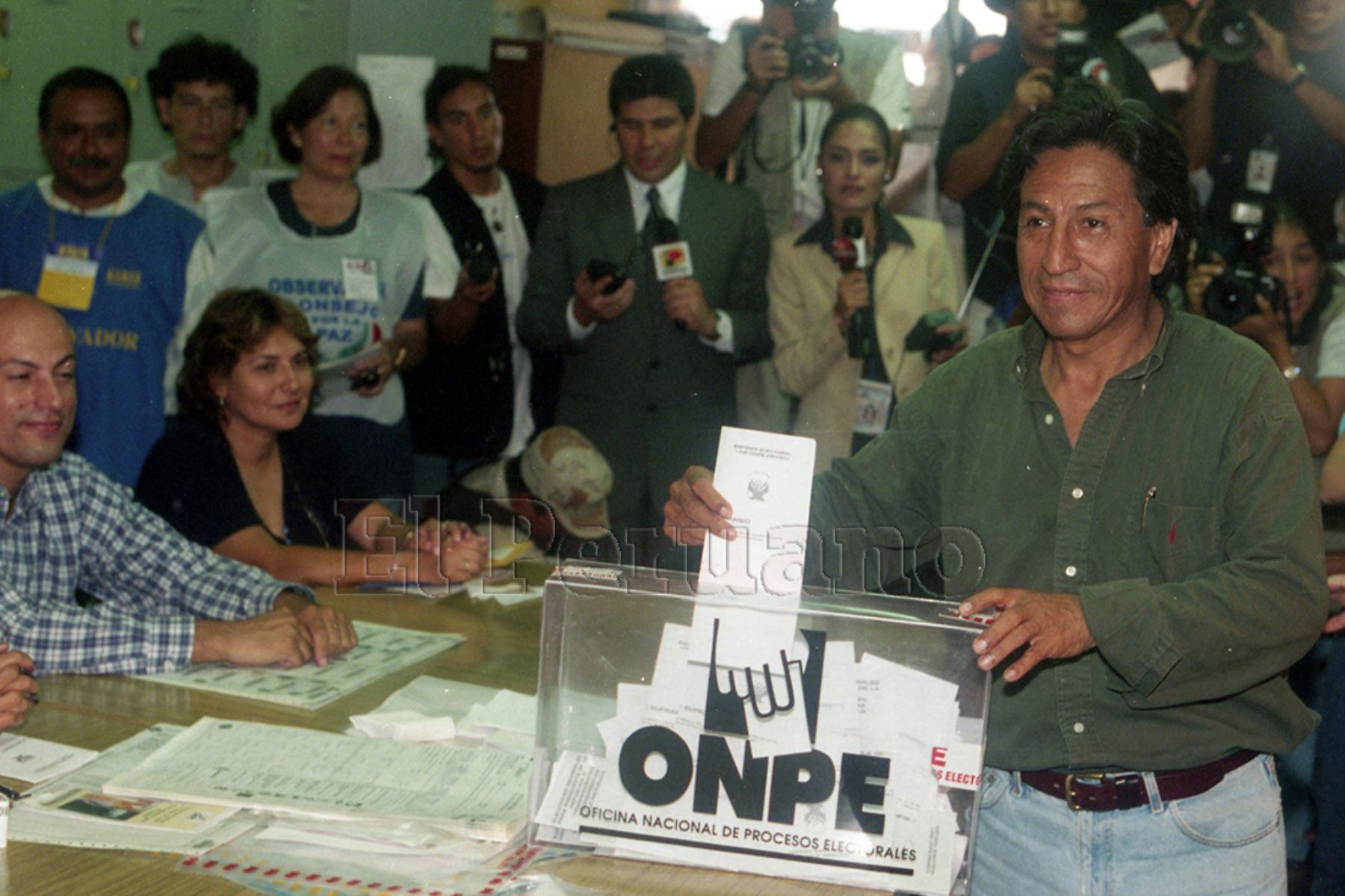 Lima - 9 abril 2000 / Alejandro Toledo, candidato presidencial por Perú Posible, emite su voto en las elecciones generales.  Foto: Archivo Histórico de EL PERUANO