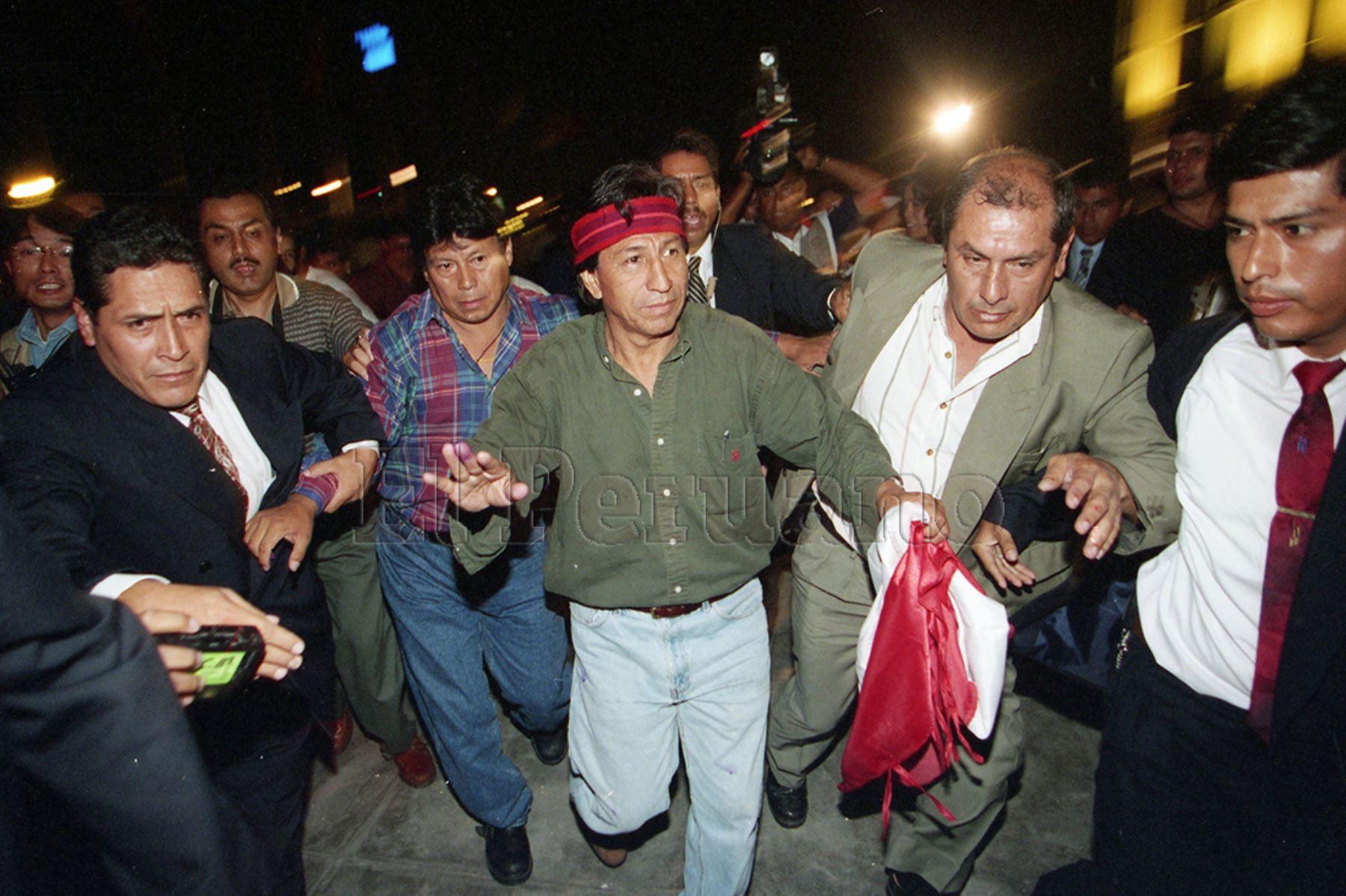 Lima - 9 abril 2000 / El candidato presidencial por Perú Posible, Alejandro Toledo, se apresta a dirigirse a sus simpatizantes en el Paseo de los Héroes Navales, luego de conocer los resultados de las elecciones generales.  Foto: Archivo Histórico de EL PERUANO