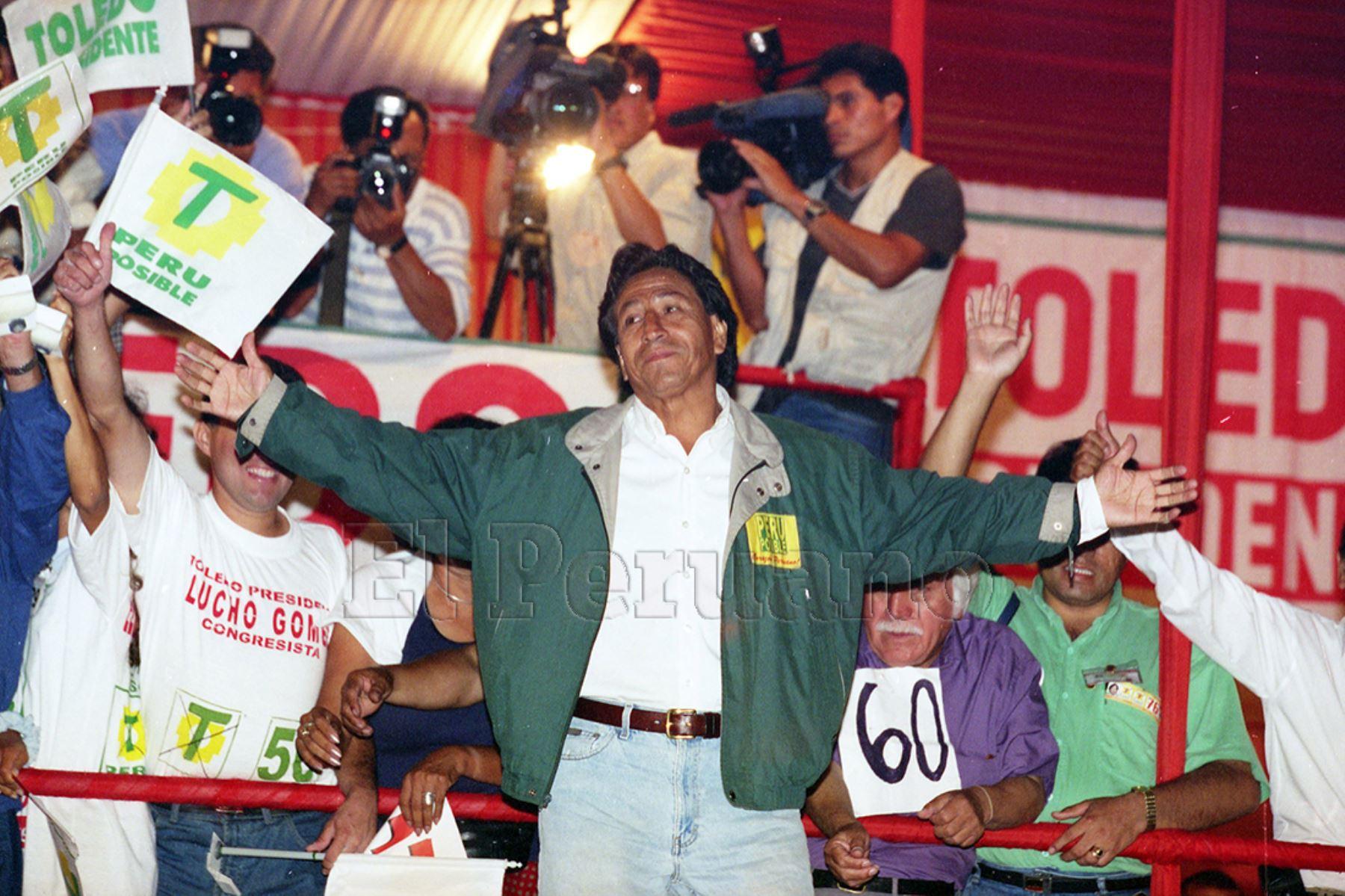 Lima - 4 abril 2000 / El candidato presidencial de Perú Posible, Alejandro Toledo Manrique, presidió un multitudinario mitin en la plaza Manco Cápac.  Foto: Archivo Histórico de EL PERUANO