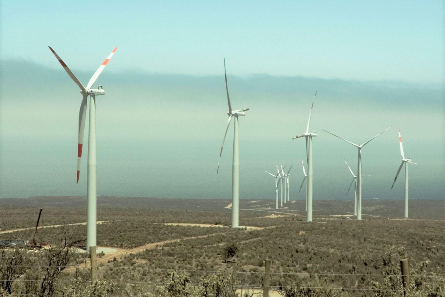 Energías renovables, como las centrales eólicas, contribuyen a cerrar la brecha de electrificación rural, afirma el MEM. ANDINA/Archivo