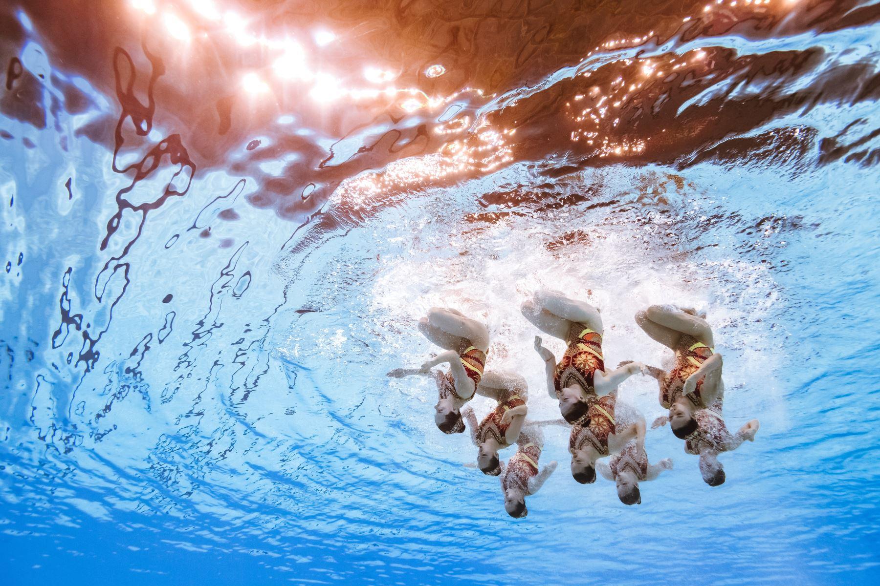 El equipo de China compite en el evento de natación artística durante el campeonato mundial 2019 en Corea del Sur. Foto: AFP