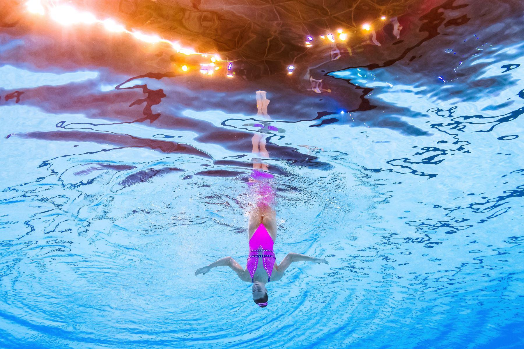 Kate Shortman de Inglaterra compite en el evento de natación artística durante el campeonato mundial 2019 en Corea del Sur. Foto: AFP