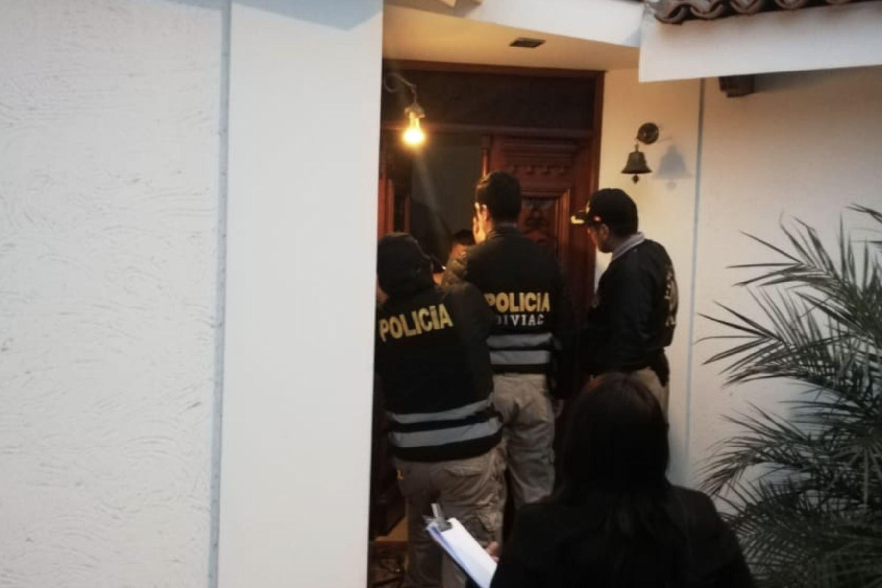 El Equipo Especial Lava Jato del Ministerio Público dirige allanamiento judicial de 4 inmuebles, en los distritos de Surco y San Borja, vinculados a Santiago Chau Novoa y Magdalena Bravo Hinostroza, como parte de la investigación en torno al Caso Metro de Lima. Foto: Twitter/@FiscaliaPeru