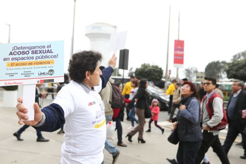 """Ministerio de la Mujer y Poblaciones Vulnerables lleva a cabo la campaña """"Pizarra urbana"""", para prevenir el acoso sexual"""