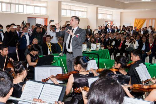 La Orquesta Sinfónica Municipal de Chancay deleitó a los asistentes al acto por el XVII aniversario del Gobierno Regional de Lima.