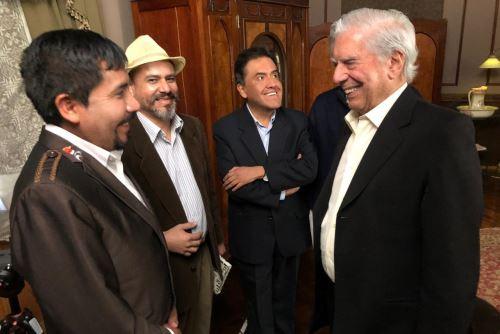El escritor Mario Vargas Llosa se reunió con el gobernador de Arequipa, Elmer Cáceres, en la Ciudad Blanca. Foto: Gobierno Regional de Arequipa
