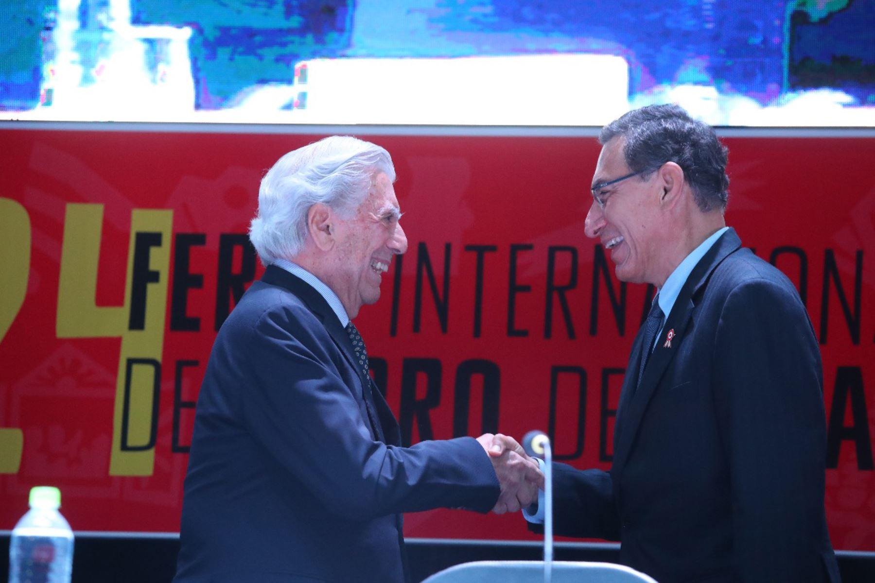 El escritor y Premio Nobel de Literatura Mario Vargas Llosa saluda al presidente Martin Vizcarra durante la inauguración de la 24ª Feria Internacional del Libro de Lima.FotoANDINA/Prensa Presidencia