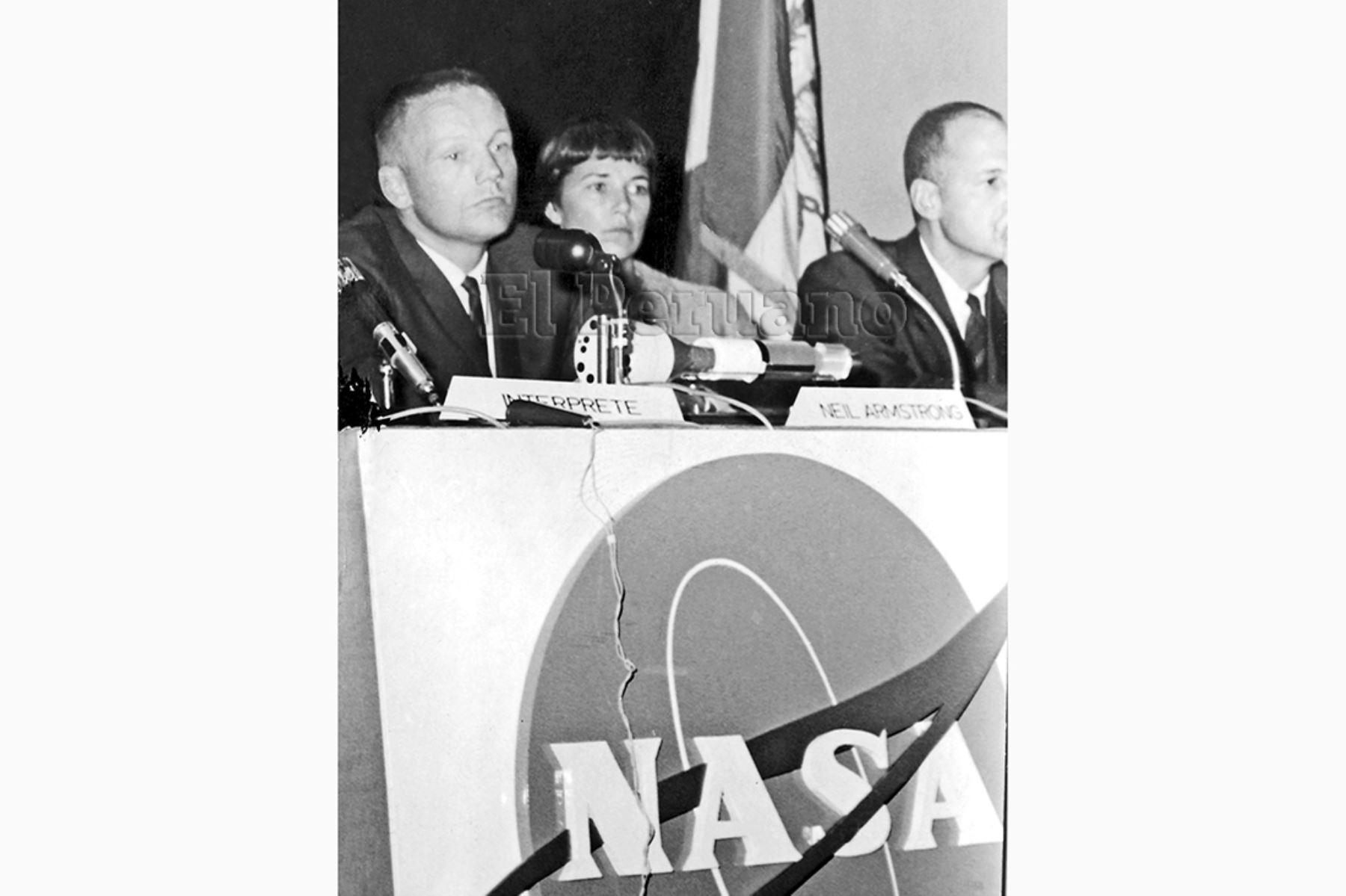 Lima - 14 octubre 1966 / Los astronautas Neil Armstrong y Richard Gordon ofrecieron una conferencia de prensa en la E¿mbajada de los Estados Unidos. Contaron sus experiencias y se mostraron locuaces y alegres. Foto: Archivo Histórico de EL PERUANO