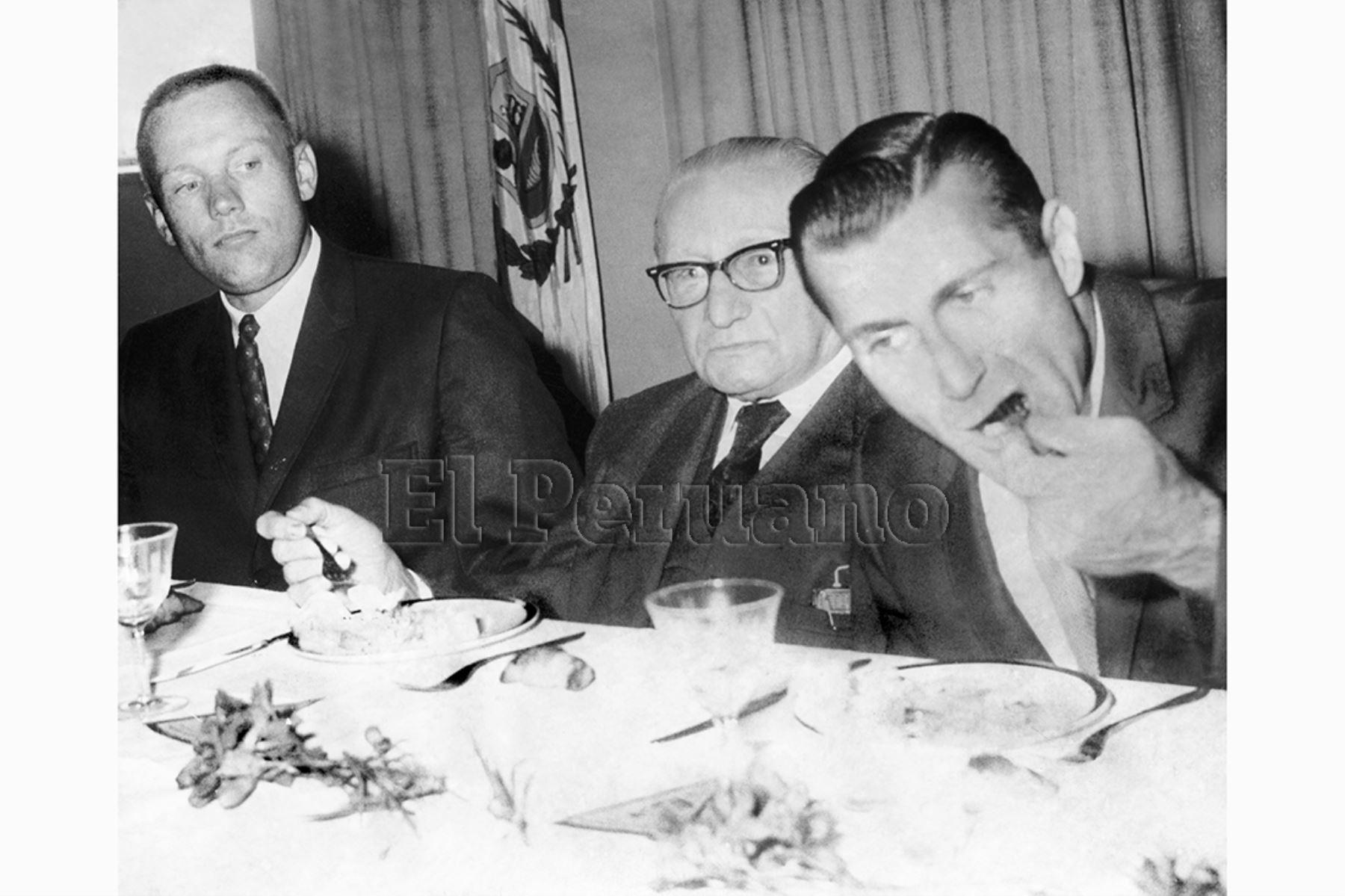 Lima 14 octubre 1966 / El Instituto Cultural Peruano Nortemaricano ofgreció un almuerzo en honor a los astronautas Richard Gordon y Neil Armstrong. Ambos saborearon un exquisito plato de cebiche y quedaron encantados con la comida peruana.