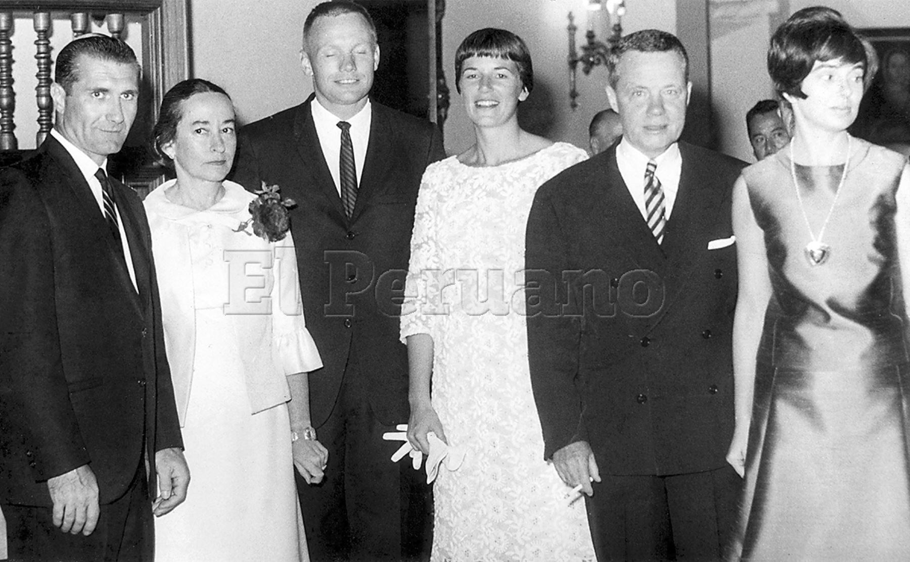 Lima 14 octubre 1966 / La embajada de los Estados Unidos en Lima ofreció una recepción a los astronautas Richard Gordon y Neil Armstrong, quienes visitan Lima en compañía de sus esposas. Foto: Archivo Histórico de EL PERUANO
