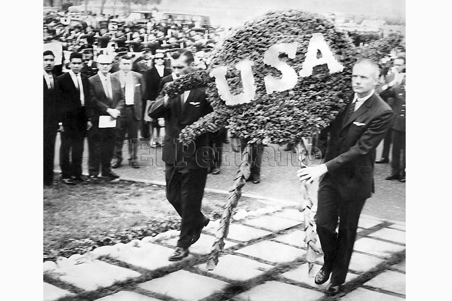 Lima - 13 octubre 1966 / Los astronautas norteamericanos Neil Armstrong y Richard Gordon rindieron homenaje al héroe de la aviación peruana Jorge Chávez colocando un arreglo floral al pie de su monumento cerca al Campo de Marte.