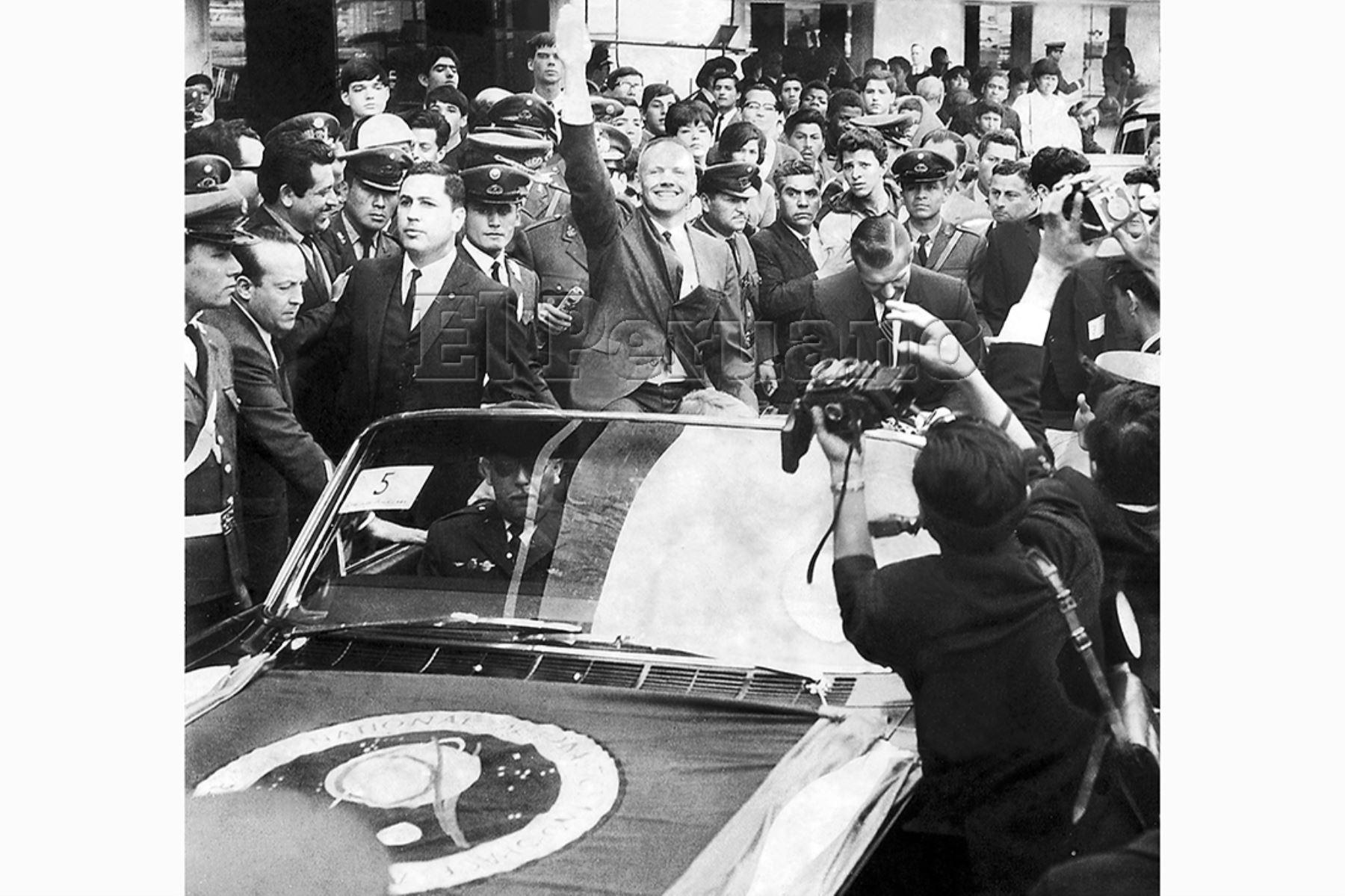 Lima - 13 octubre 1966 / Los astronautas norteamericanos Neil Armstrong y Richard Gordon fueron aclamados a su arribo a Lima. Miles de personas observaron su paso en carro descubierto.
