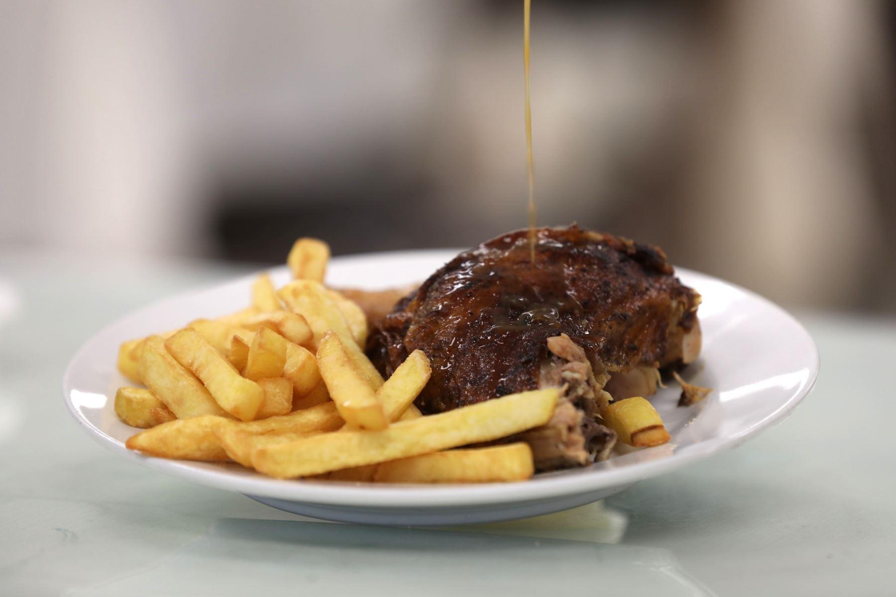 Día del Pollo a la Brasa: recomiendan no excederse en su consumo para evitar sobrepeso. Foto: ANDINA/EsSalud.