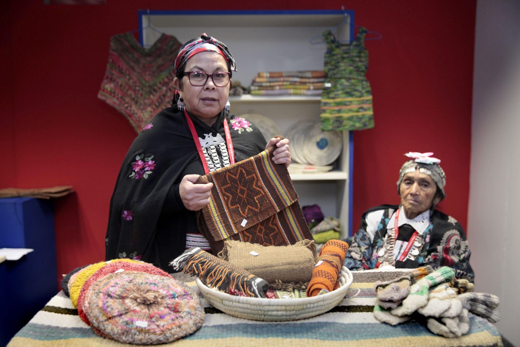 """Dominica Quilapi y Amalia Quilapi, artesanas chilenas invitadas a la Feria Ruraq Maki, """"Hecho a mano"""".Foto: ANDINA/ Miguel Mejía"""