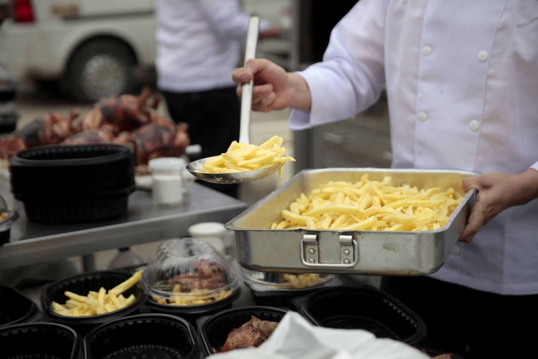 Como antesala al día del Pollo a la Brasa, la Asociación Peruana de Avicultura comparte almuerzo para los niños del Puericultorio Pérez Araníbar en coordinación con el MINAGRI y los restaurantes del segmento. Foto: ANDINA/Miguel Mejía