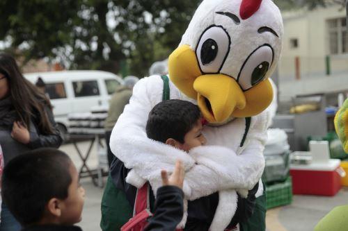 Día del Pollo a la Brasa en puericultorio Pérez Araníbar