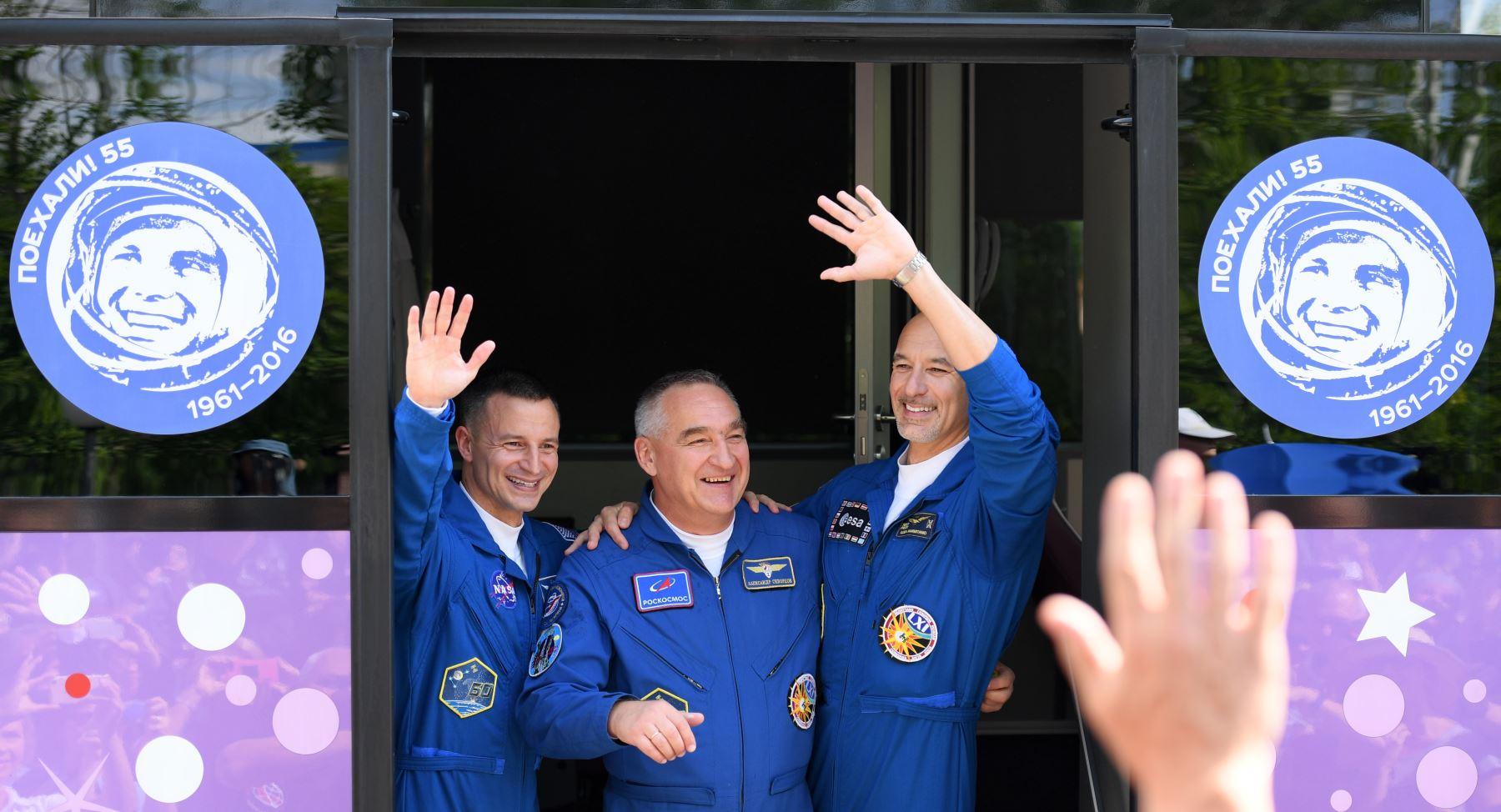 Miembros de la expedición 60/61 de la Estación Espacial Internacional (ISS), el astronauta de la NASA Andrew Morgan, el cosmonauta ruso Alexander Skvortsov y el astronauta italiano Luca Parmitano de la ESA (Agencia Espacial Europea) saludan al abordar un autobús durante una ceremonia de despedida fuera del hotel Cosmonaut antes del lanzamiento a bordo de la nave espacial Soyuz MS-13 del cosmódromo Baikonur arrendado por Rusia en Kazajstán. AFP