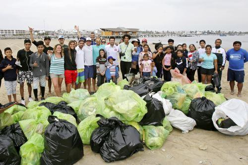 Lima 2019:Selección Peruana de Vela participa en limpieza de playa en Paraca