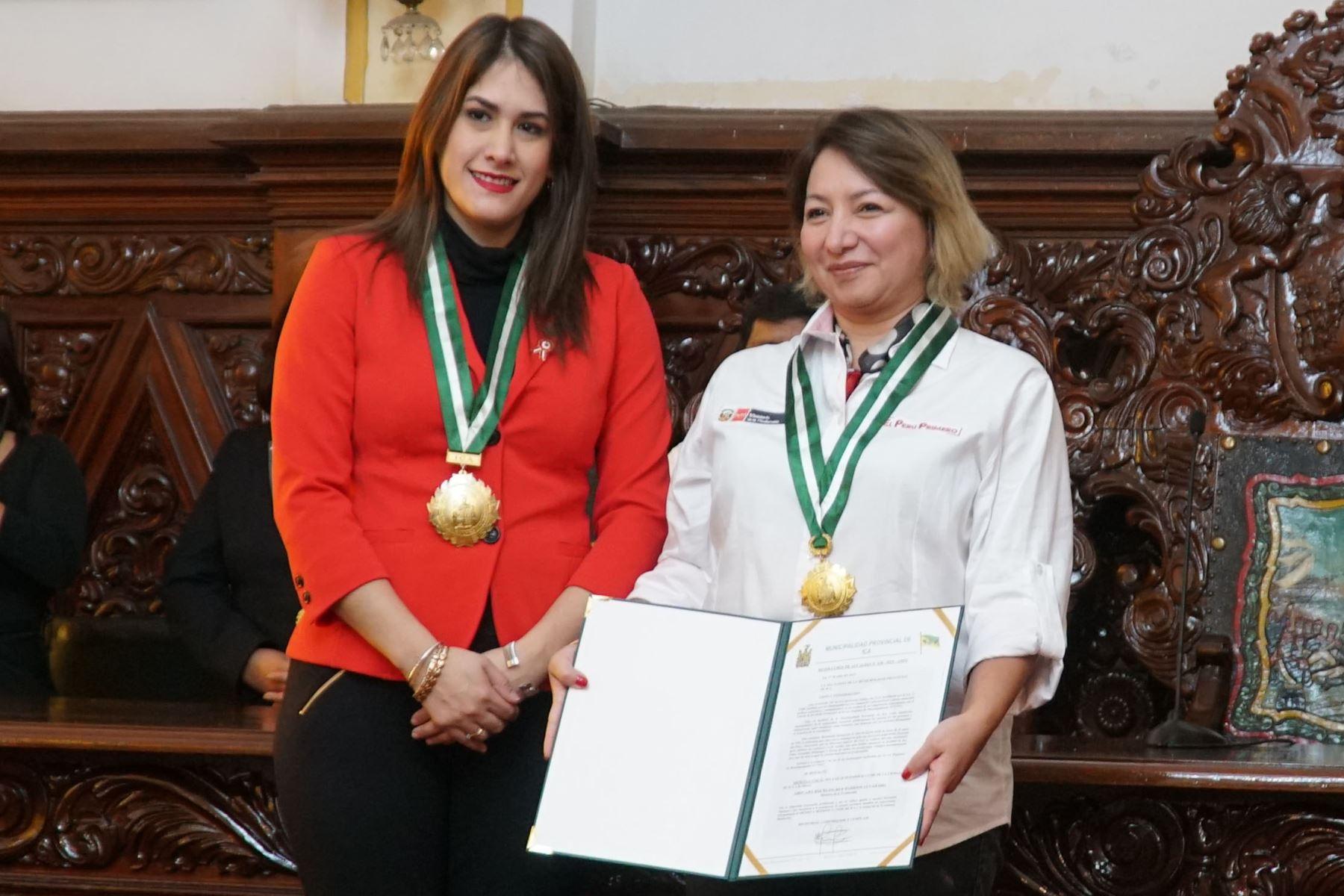 La ministra Rocío Barrios Alvarado fue declarada Huésped Ilustre por la alcaldesa de Ica, Emma Mejía Venegas en el salón de actos de la Municipalidad Provincial de Ica.Foto:ANDINA/Cortesía Genry Bautista