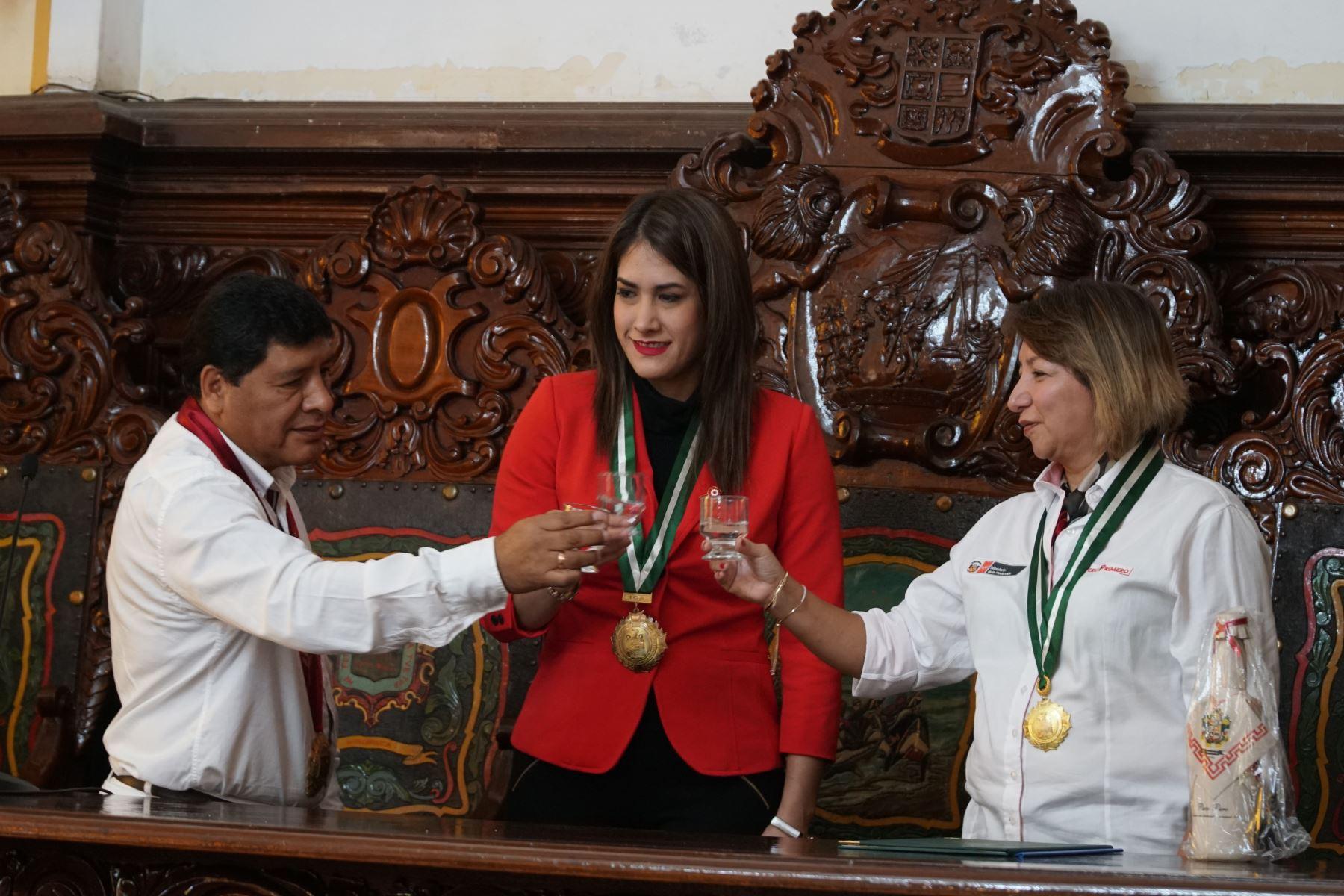 Autoridades realizan el brindis en el salón de actos de la Municipalidad Provincial de Ica. Foto: ANDINA/Cortesía Genry Bautista