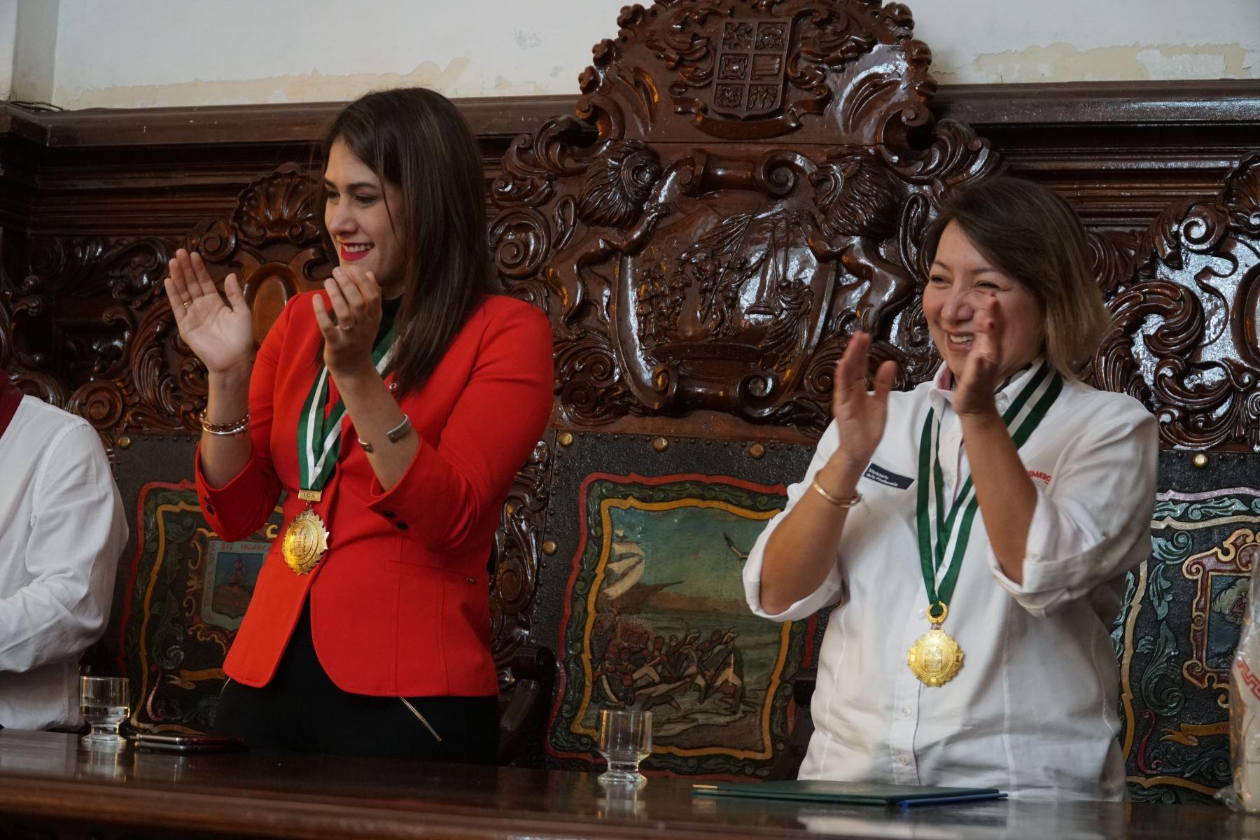 Ministra del Producción, Rocío Barrios Alvarado y la alcaldesa de Ica, Emma Mejía Venegas.Foto: ANDINA/Cortesía Genry Bautista