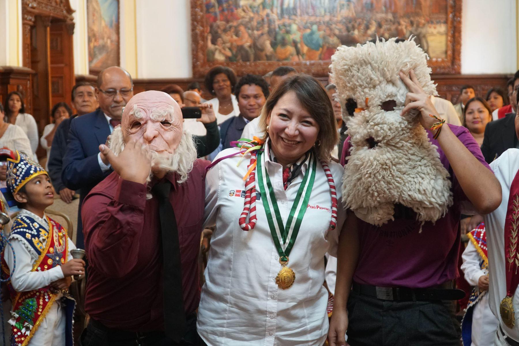 Ministra de la Producción, Rocío Barrios junto a los infaltables abuelos que representa la parte graciosa y jocosa del baile de los negritos.Foto: ANDINA/Cortesía Genry Bautista