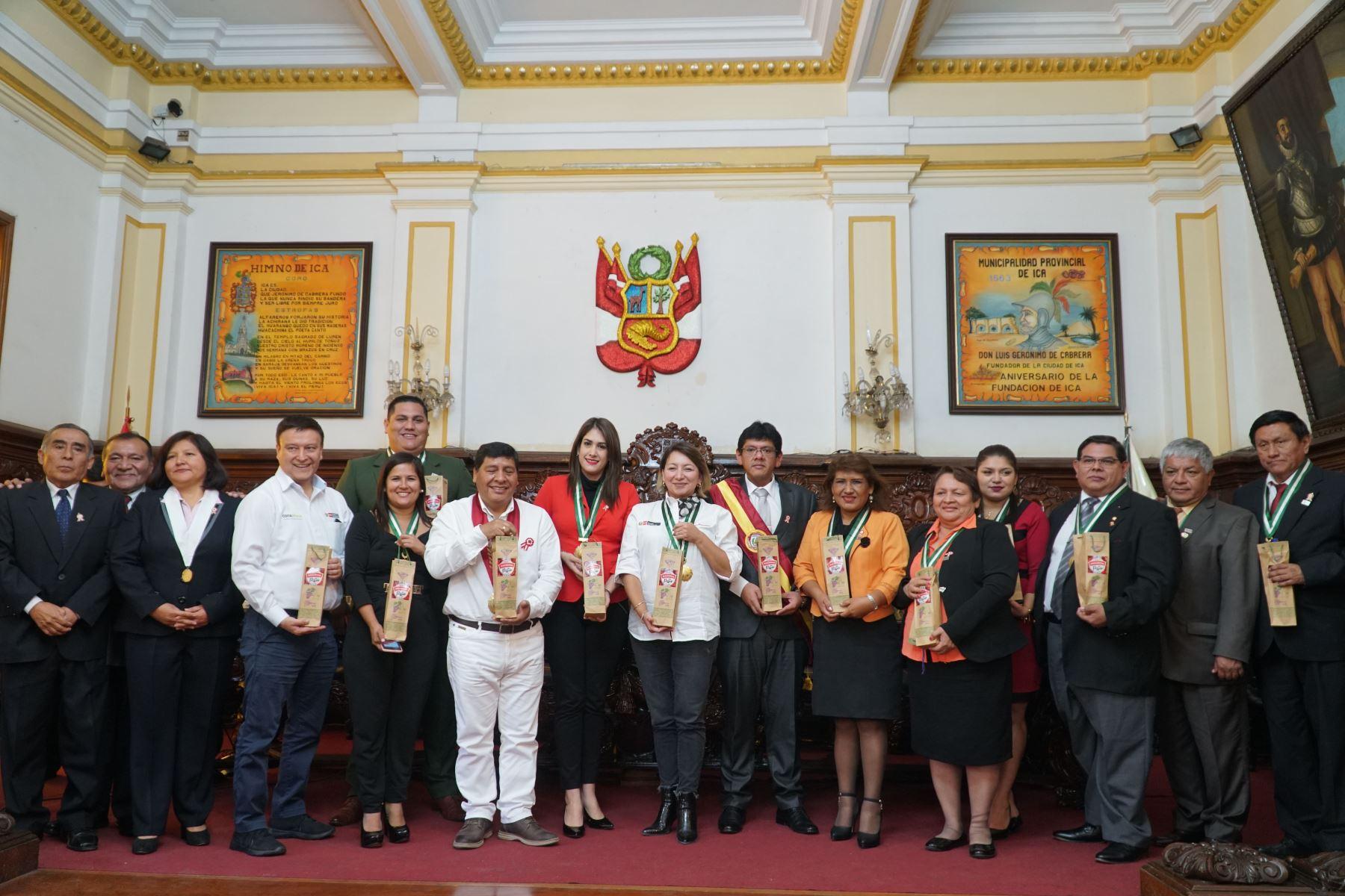 Ministra de la Producción, Rocío Barrios, junto a las autoridades iqueñas posan para los reporteros gráficos.Foto: ANDINA/Cortesía Genry Bautista