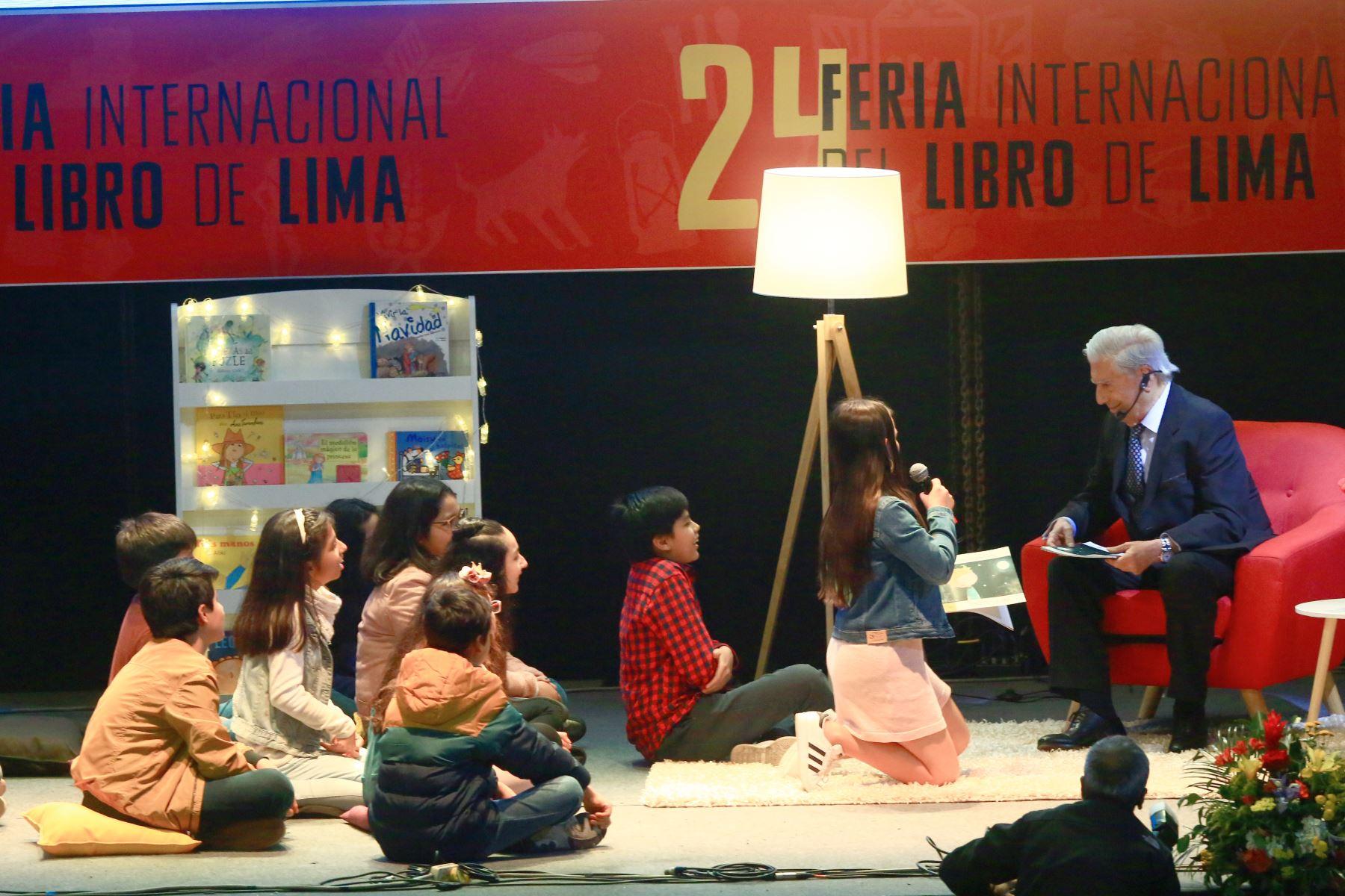 El escritor Mario Vargas Llosa compartió con niños la lectura de un cuento, donde disfrutaron la historia y realizaron preguntas al nobel de la literatura en la FIL.Foto:ANDINA/Pedro Cardenas