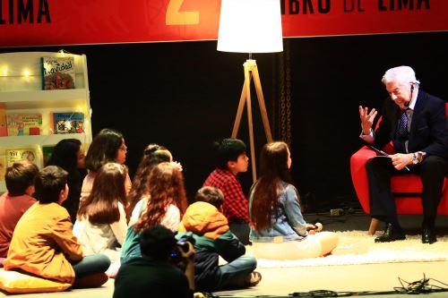 """Mario Vargas Llosa leyó """"Fonchito y la luna"""" a grupo de niños y niñas del Inabif. Foto: ANDINA/Pedro Cardenas"""