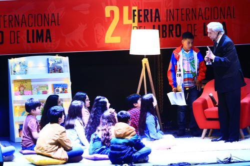 El escritor MVLL compartió con niños la lectura de un cuento