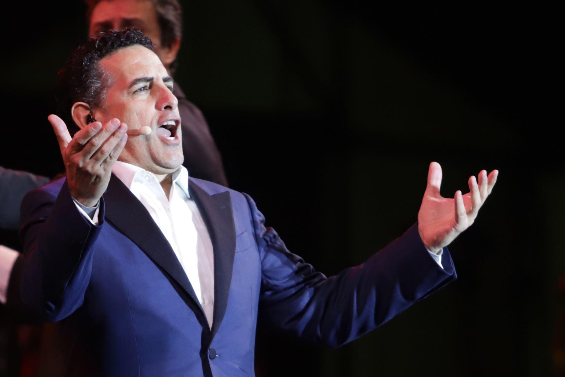 """""""Serenata por el Perú"""" que ofrece el tenor peruano Juan Diego Florez   acompañado por la Orquesta Sinfónica y el Coro Juvenil de Sinfonía Perú, en la Plaza Mayor de Lima.Foto:ANDINA/Jorge Tello"""