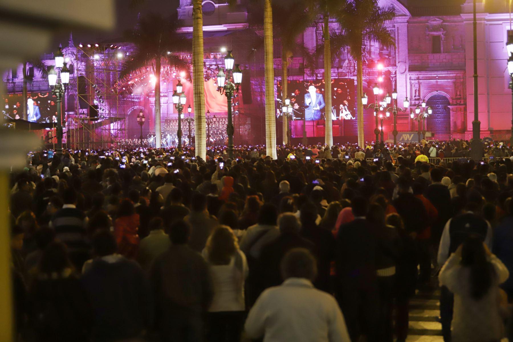 Concierto Serenata al Perú que ofreció el Tenor Peruano Juan Diego Florez y la Sinfonía por el Perú en la Plaza Mayor de Lima. Foto: ANDINA/Jorge Tello