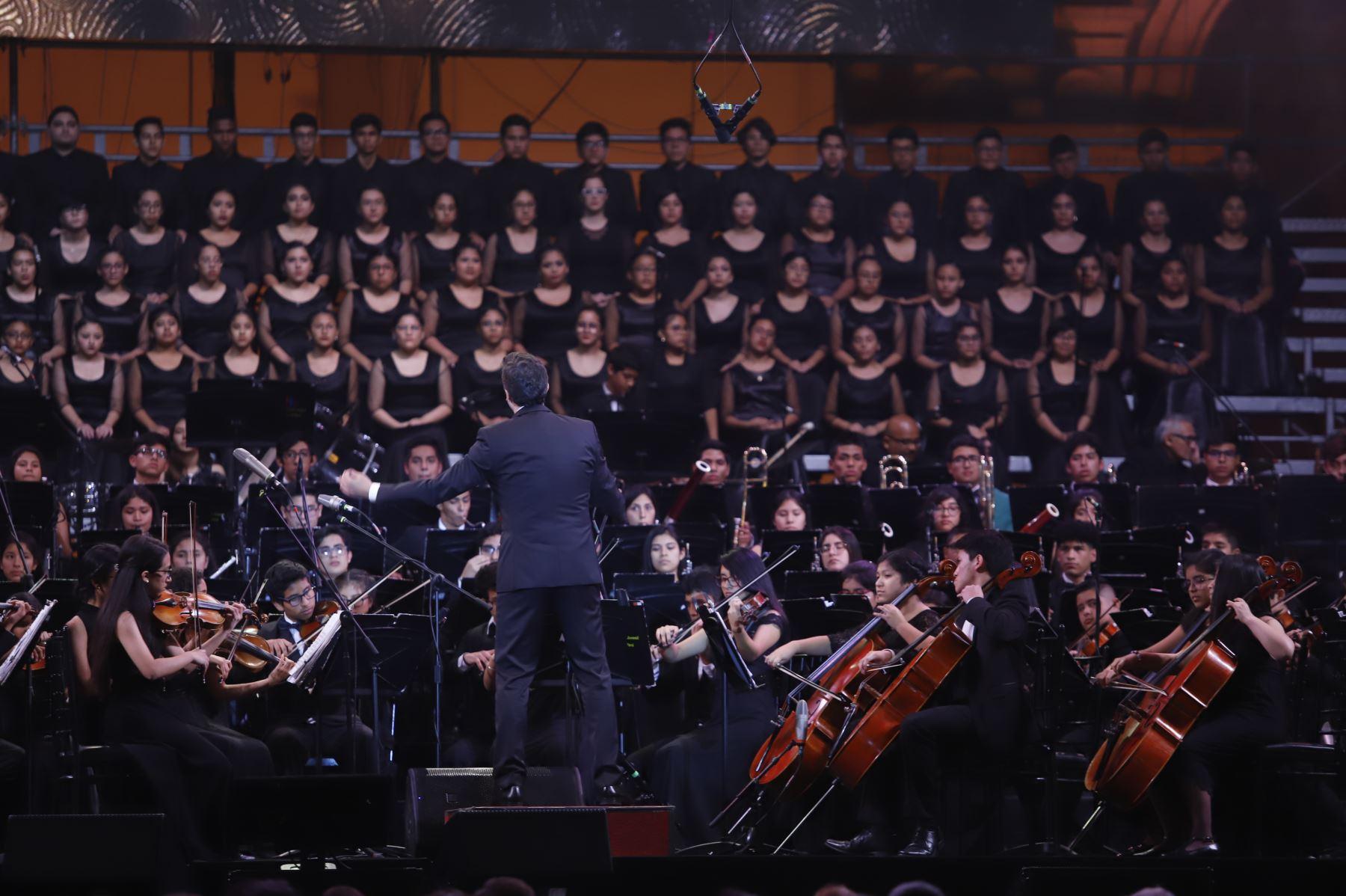 """Presidente Martin Vizcarra asistió al concierto  """"Serenata por el Perú"""" que ofreció  el tenor peruano Juan Diego Florez  acompañado por la Orquesta Sinfónica y el Coro Juvenil de Sinfonía Perú, en la Plaza Mayor de Lima.Foto:ANDINA/Prensa Presidencia"""