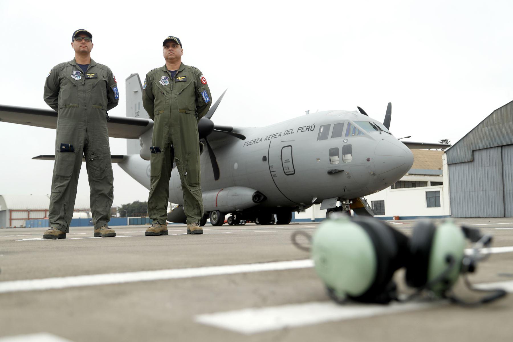 El Mayor, Alonso Ayllon junto al Mayor, Julio Rivas, pilotos de la aeronave C27J Spartan. Foto: ANDINA/Josue Ramos