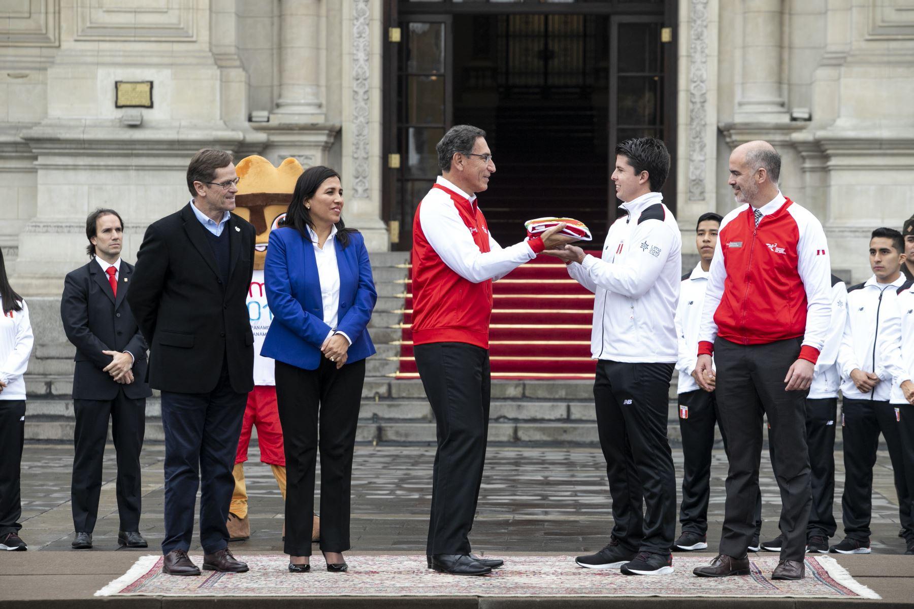 Presidente de la República Vizcarra, entrega la bandera nacional a la delegación peruana que participará en los Juegos Panamericanos 2019. Foto: ANDINA/Prensa Presidencia