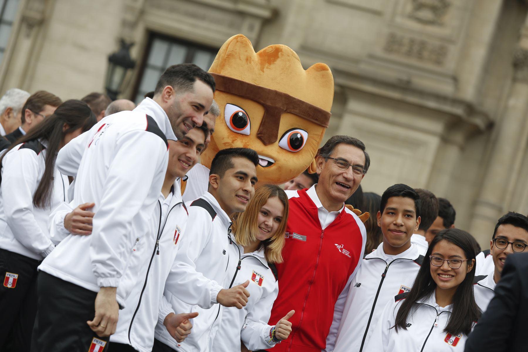 Presidente de la República, Martín Vizcarra, entrega la bandera nacional a la delegación peruana que participará en los Juegos Panamericanos 2019. Foto: ANDINA/Prensa Presidencia